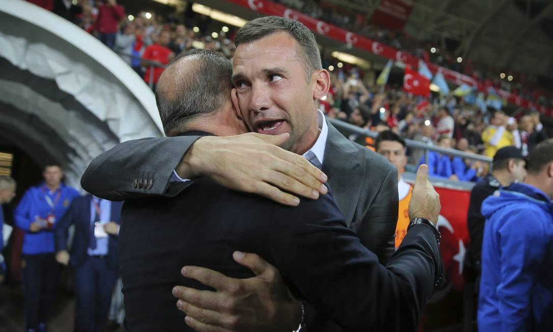 O técnico ucraniano Andriy Shevchenko abraça o turco Fatih Terim antes do jogo entre as duas seleções em Konya STR / AP