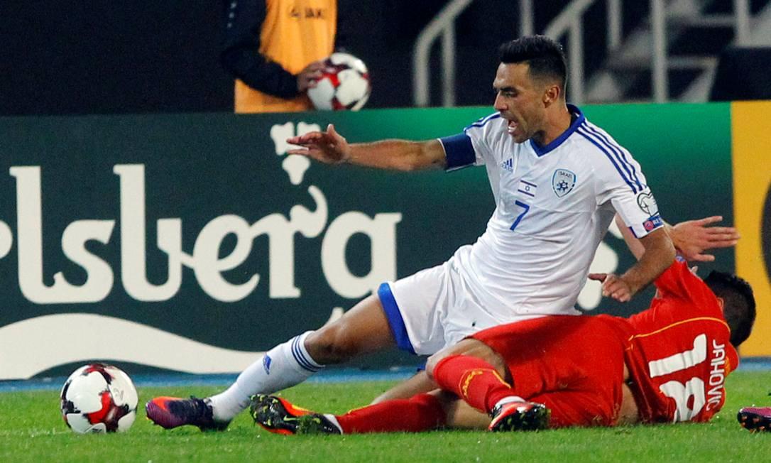 Adis Jahovic, da Macedônia, disputa a bola com o israelense Eran Zahavi OGNEN TEOFILOVSKI / REUTERS