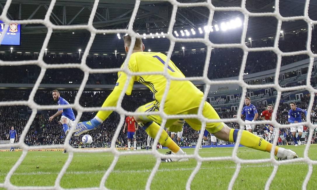 De Rossi desloca o espanhol De Gea no gol do empate em Turim Antonio Calanni / AP
