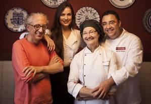 Luiz Marcondes, diretor do Vogue; Heavey Delhaye, chef do Le Club; e Dona Henriqueta e Alexandre Henriques Foto: Hermes de Paula