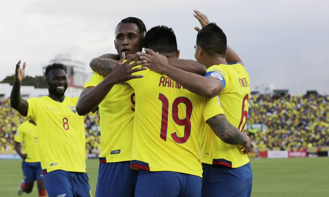 Ramirez, número 19, é abraçado ao fazer o segundo gol equatoriano em Quito Dolores Ochoa / AP