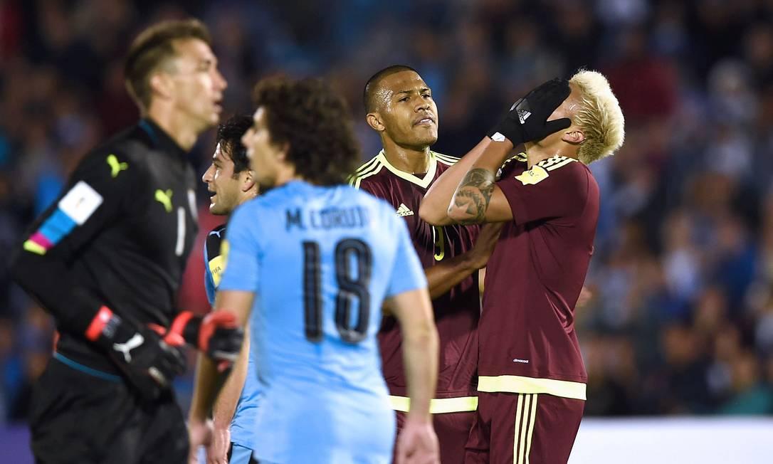 O venezuelano Penaranda se desespera ao perder chance depois de ter driblado o goleiro Muslera MIGUEL ROJO / AFP