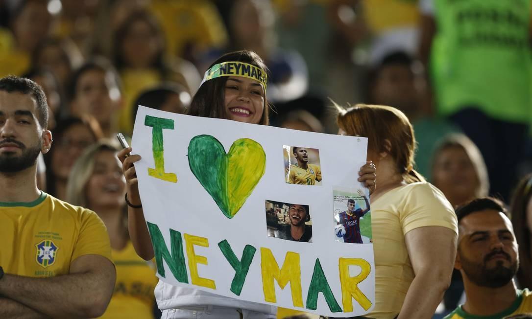 Torcedora na Arena das Dunas mostra seu amor por Neymar Leo Correa / AP