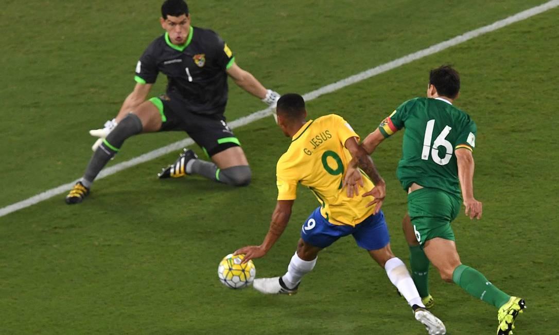 Gabriel Jesus toca a bola na saída do goleiro Lampe VANDERLEI ALMEIDA / AFP