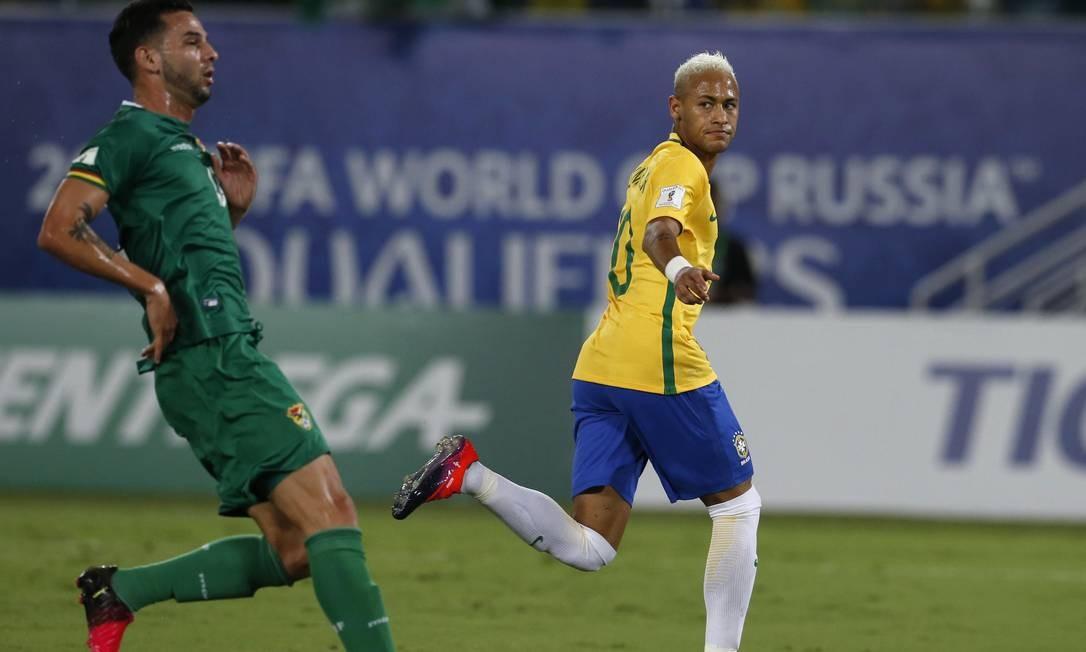 Neymar corre para comemorar o primeiro gol do Brasil diante da Bolívia, na Arena das Dunas Leo Correa / AP