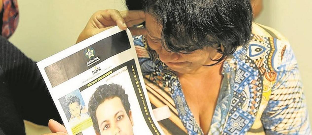 Maria mostra a imagem do filho, que desapareceu aos 2 anos, com aparência de adulto Foto: Antonio Scorza / Agência O Globo
