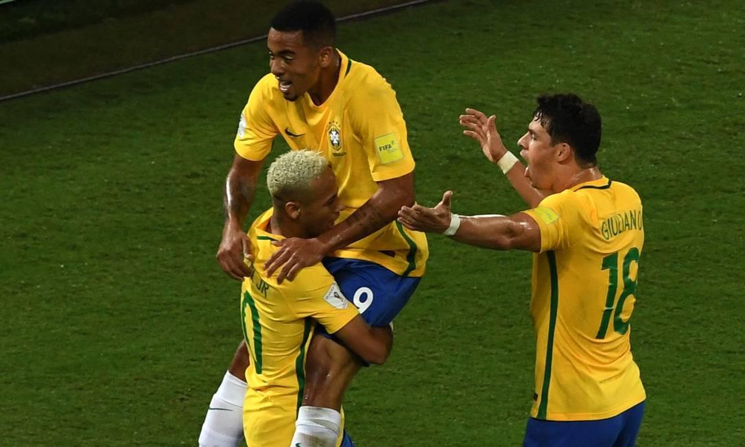 Neymar comemora com Gabriel Jesus e Giuliano o primeiro gol do Brasil diante da Bolívia VANDERLEI ALMEIDA / AFP