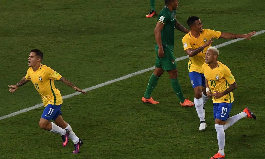 Philippe Coutinho abre os braços para comemorar o segundo gol do Brasil diante da Bolívia, na Arena das Dunas VANDERLEI ALMEIDA / AFP
