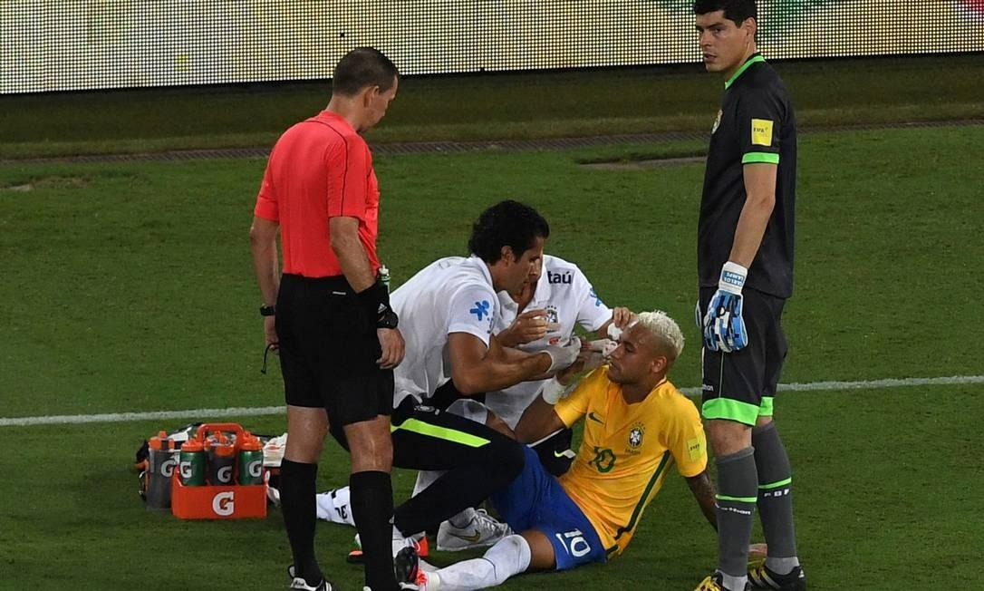No segundo tempo, Neymar sofreu uma pancada no rosto. Minutos depois, deixou o campo VANDERLEI ALMEIDA / AFP