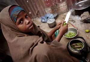 Menina ajuda na preparação de refeição em Mogadíscio, capital da Somália Foto: Kate Holt / © UNICEF/UNI133724/Holt