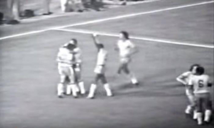 Com show de Zico, autor de quatro gols, Brasil goleou a Bolívia por 8 a 0 Foto: Reprodução / Youtube