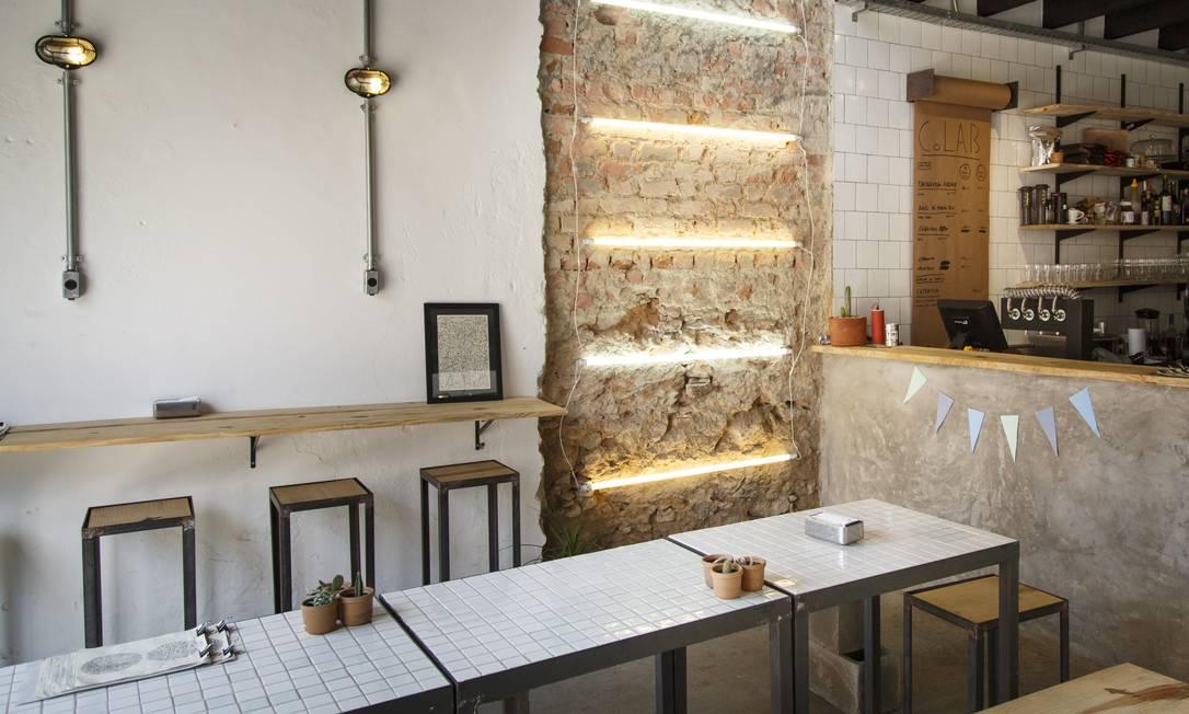 O cardápio de cervejas está anotado num rolo de papel craft colado ao caixa Fernando Lemos / Agência O Globo
