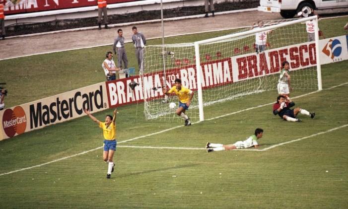 Bebeto comemora um dos gols da goleada do Brasil sobre a Colômbia Foto: Pedro Luiz / Agência O Globo