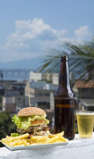 Hambúrguer de picanha do Bar do Omar, em Santo Cristo Leo Martins / Agência O Globo