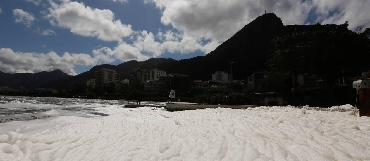 Espuma recobre a Lagoa Foto: Pablo Jacob / Agência O Globo