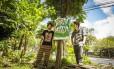 Os amigos Martim Dorey e Mateus Siniscalchi fazem parte do grupo que mantém uma horta em frente ao Planetário da Gávea