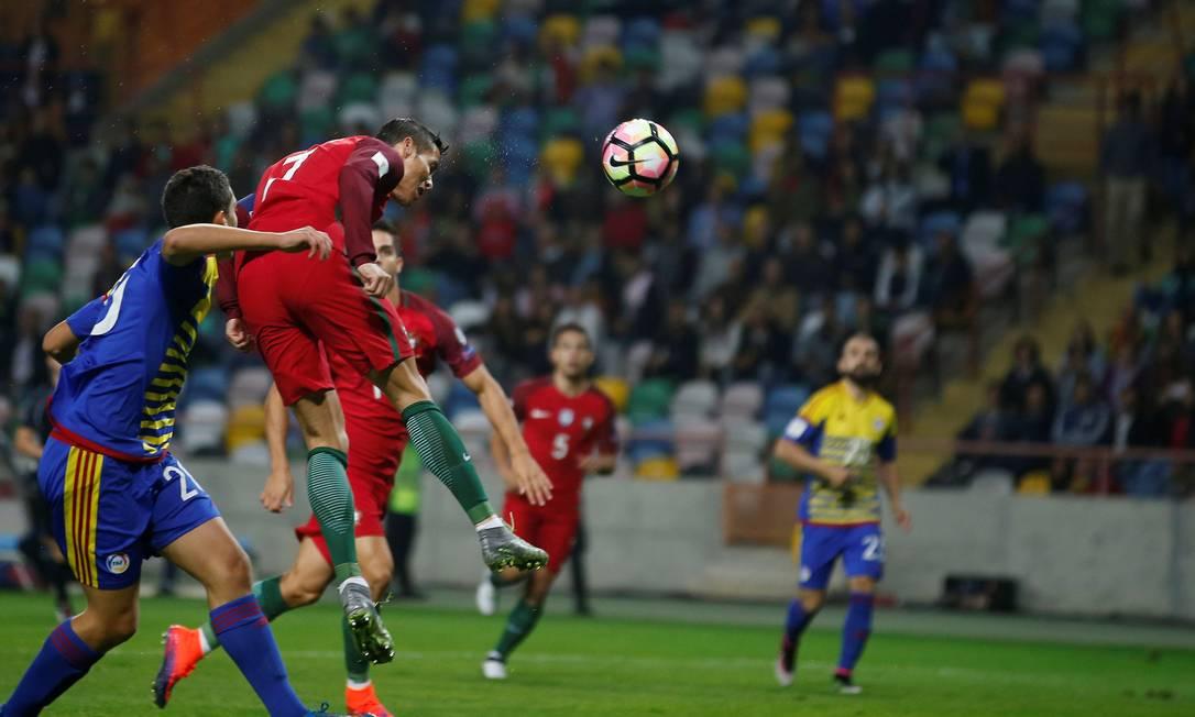 De cabeça, Cristiano Ronaldo marcou o segundo gol de Portugal RAFAEL MARCHANTE / REUTERS