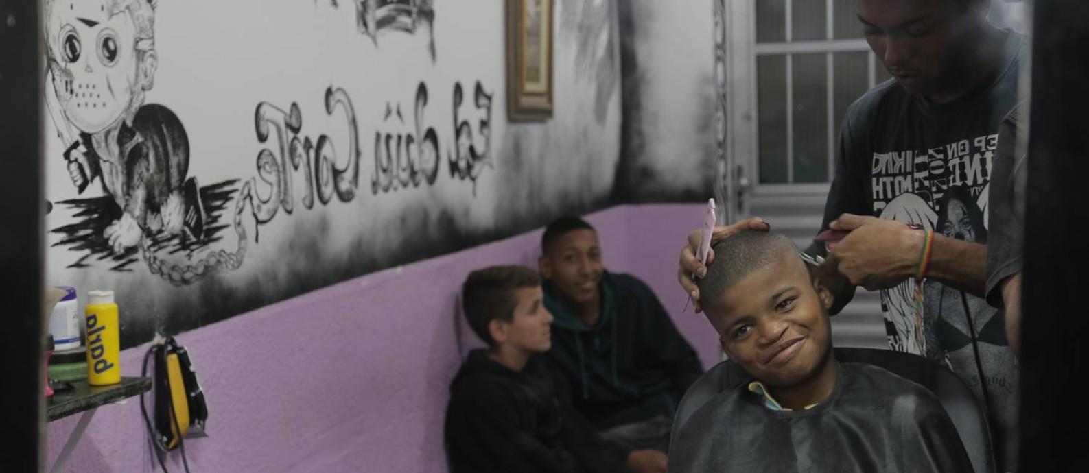 Ed, em seu salão: os barbeiros do filme trabalham duro nos cortes artísticos e atuam também como ouvintes e conselheiros dos seus clientes Foto: Divulgação/Saulo Nicolai