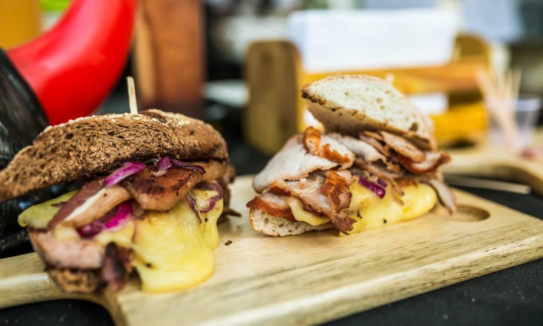 O sanduíche de pernil defumado, carne assada defumada e linguiça artesanal (R$20) é uma das estrelas do menu do Hagar Bel Acosta / Divulgação