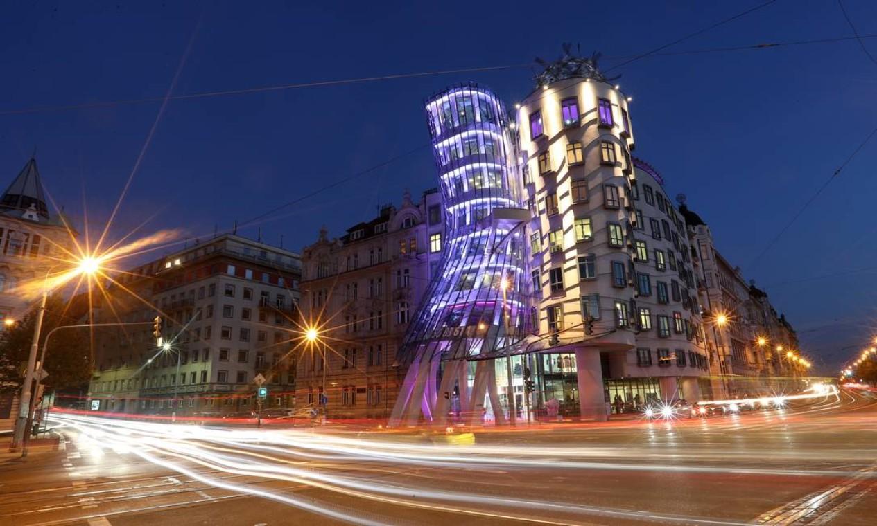 O prédio conhecido como Ginger and Fred, em Praga, agora abriga um hotel, o Dancing Hotel Foto: Petr David Josek / AP