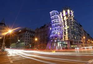 O prédio conhecido como Ginger and Fred, em Praga, agora abriga um hotel Foto: Petr David Josek / AP