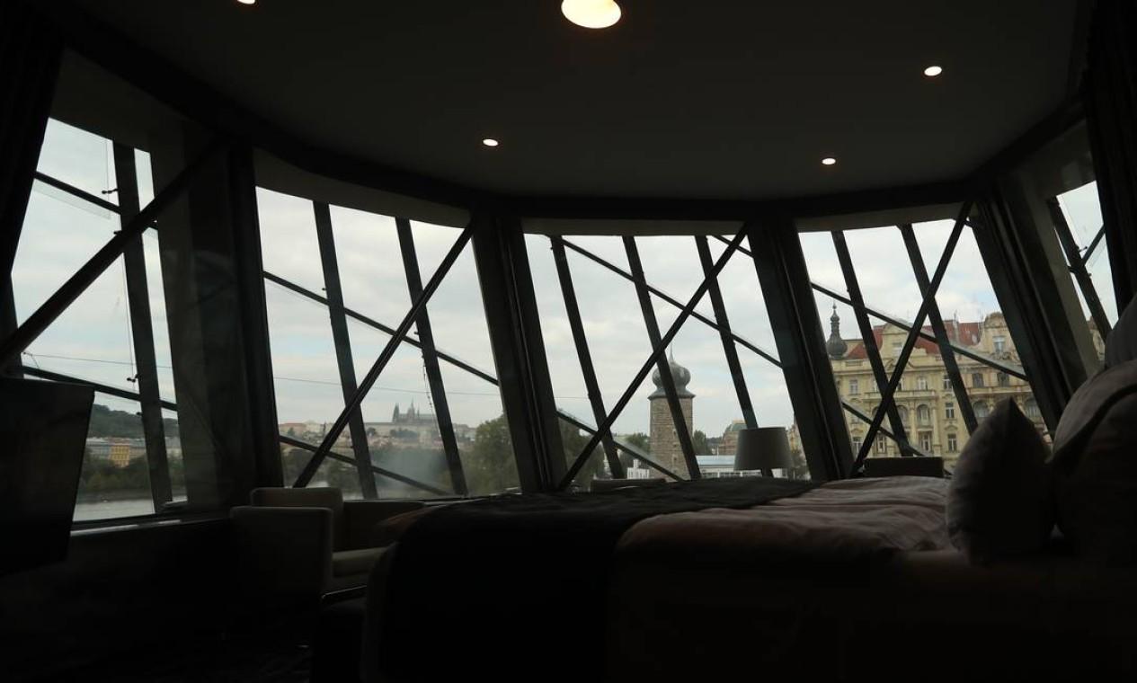 A arquitetura peculiar do prédio, formado por uma coluna de concreto e outra de vidro e aço, é um dos atrativos do hotel, em que cada quarto é único Foto: Petr David Josek / AP