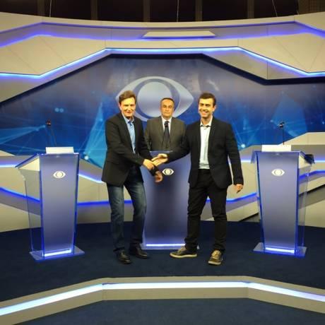 Marcelo Crivella (PRB) e Marcelo Freixo (PSOL) se cumprimentam antes do início do debate na TV Bandeirantes Foto: O Globo / Verônica Raner