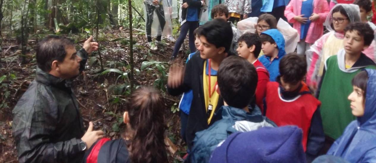 Alunos acompanham guia no Parque Estadual dos Três Picos Foto: Divulgação