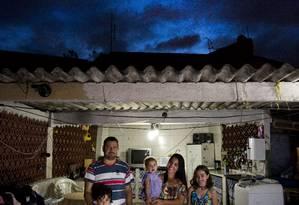 Glória e Anderson com os filhos no terraço que virou cozinha Foto: Mônica Imbuzeiro