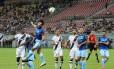 Germano, contra, faz o gol da vitória do Vasco sobre o Londrina