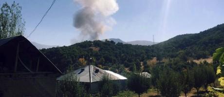Fumaça sobe depois que carro-bomba explodiu contra posto militar em região montanhosa na Turquia Foto: AP