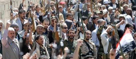 Em frente a escritório da ONU, sauditas armados protestam contra ataques que mataram 140 em funeral no Iêmen Foto: KHALED ABDULLAH / REUTERS