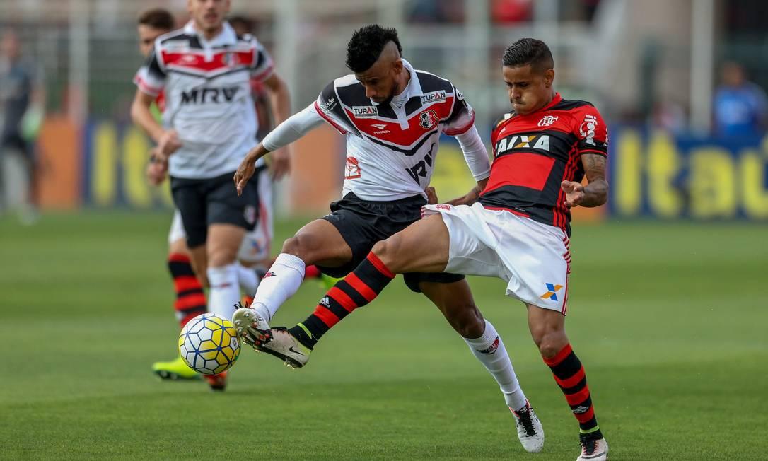 Léo Moura, do Santa Cruz, disput a abola com Everton, do Flamengo pedrokirilos / Pedro Kirilos