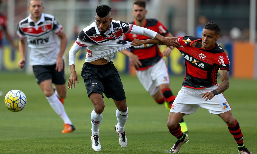 Everton, do Flamengo, puxa a camisa do ex-rubro-negro Léo Moura, do Santa Cruz pedrokirilos / Pedro Kirilos