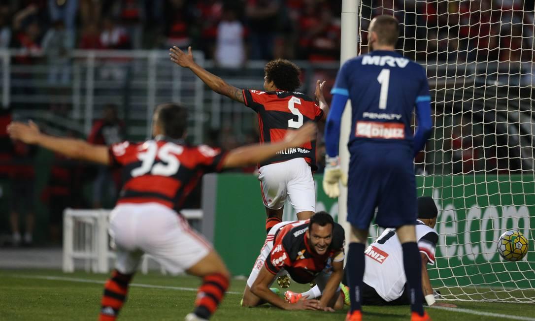 Arão, número 5, abre os braços para comemorar o segundo gol do Flamengo contra o Santa Cruz pedrokirilos / Pedro Kirilos