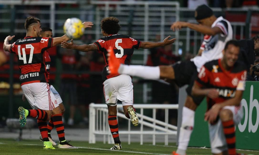 Arão comemora o segundo gol do Flamengo pedrokirilos / Agência O Globo