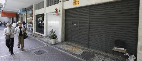 Loja fechada na Rua Visconde de Pirajá, um dos endereços mais valorizados da cidade: proprietários têm dificuldade de adequar preço do aluguel à realidade do mercado imobiliário Foto: Pablo Jacob / Agência O Globo