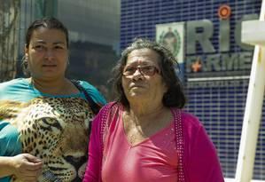 Débora (à esq., com a mãe) depende de dois medicamentos da Riofarmes, um deles chega a custar R$ 8 mil Foto: Gabriel de Paiva / Agência O Globo