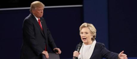 Hillary fala, enquanto Trump acompanha Foto: SHANNON STAPLETON / REUTERS