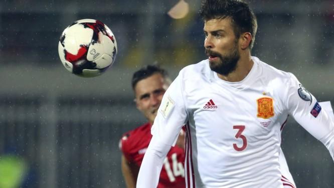 Gerard Piqué em ação pela Espanha contra a Albânia  mandas cortadas da  camisa geraram polêmica e44ed89dc38e0