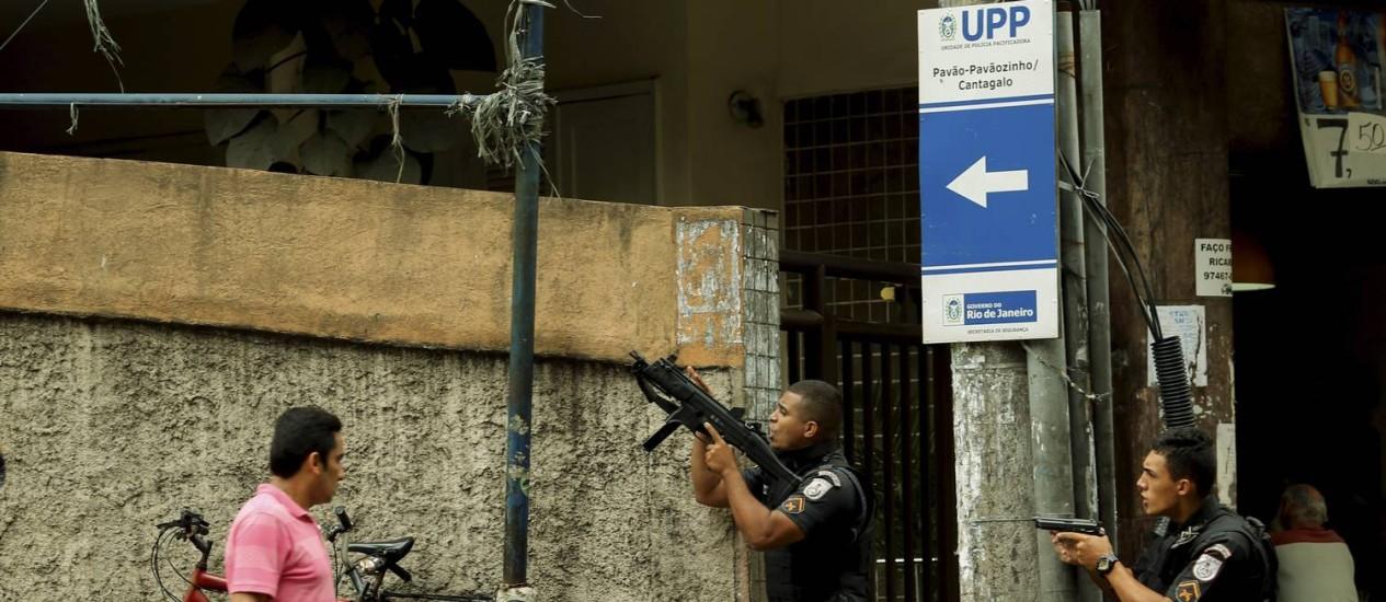 Policiais durante operação no Pavão-Pavãozinho Foto: Gabriel de Paiva / Agência O Globo