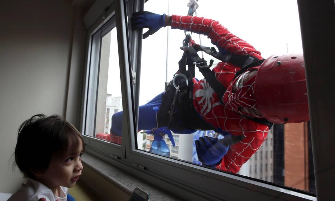 """A ação dos """"super-heróis"""" contribui para o processo de recuperação das crianças PAULO WHITAKER / REUTERS"""
