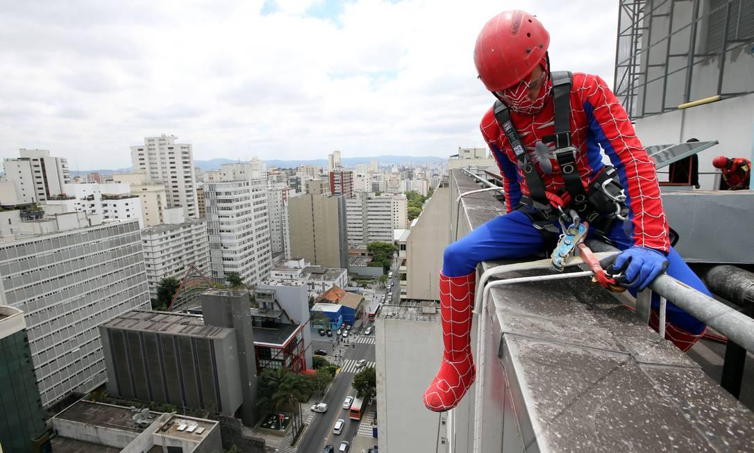 A ação coloca os funcionários da limpeza como heróis dos quadrinhos PAULO WHITAKER / REUTERS
