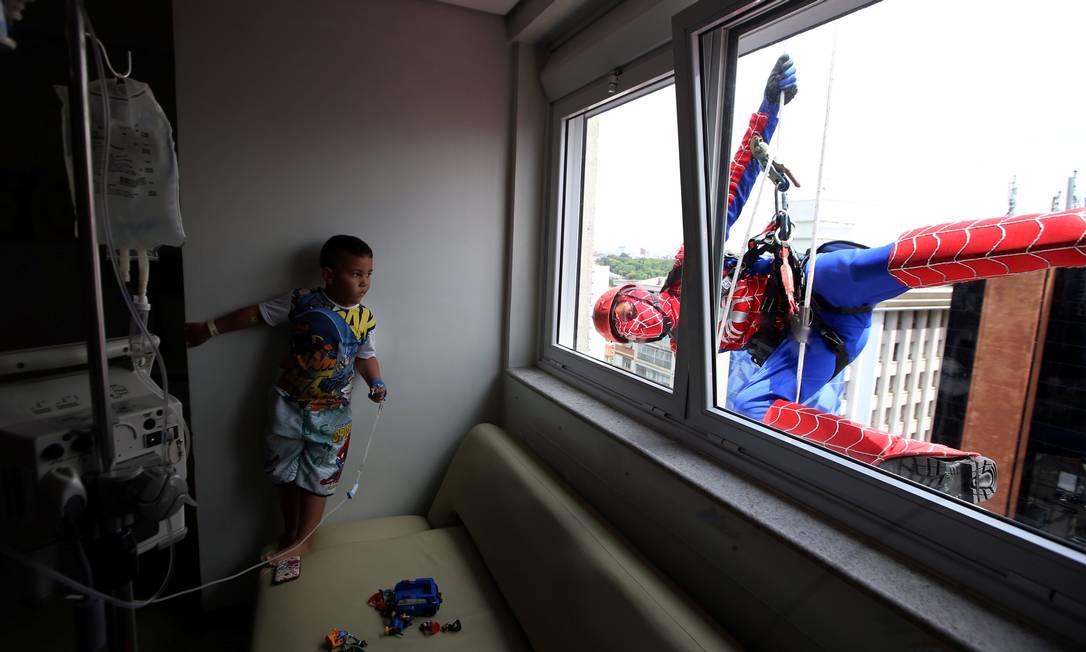 """As crianças internadas no Hospital recebem a visita dos """"super-heróis"""" em comemoração ao Dia das Crianças PAULO WHITAKER / REUTERS"""