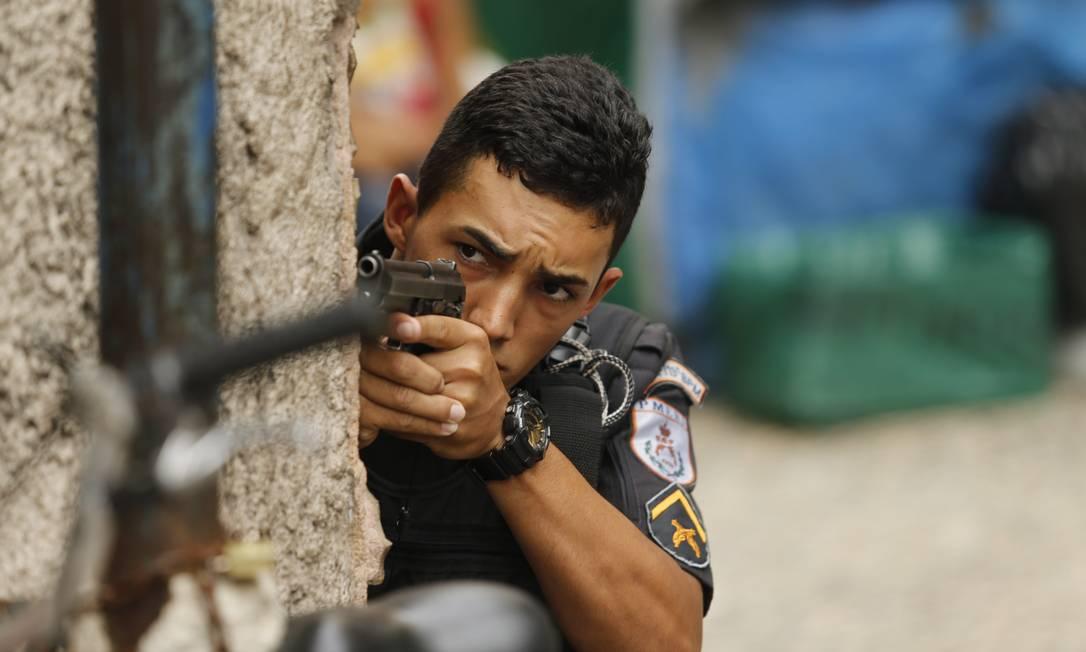 Policial durante ação desta segunda-feira no Pavão-Pavãozinho Foto: Gabriel de Paiva / Agência O Globo