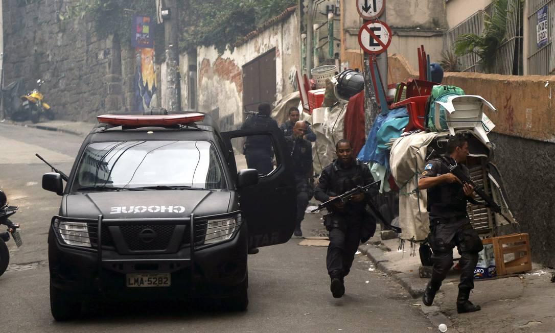Choque desce após incursão na comunidade Foto: Gabriel de Paiva / Agência O Globo