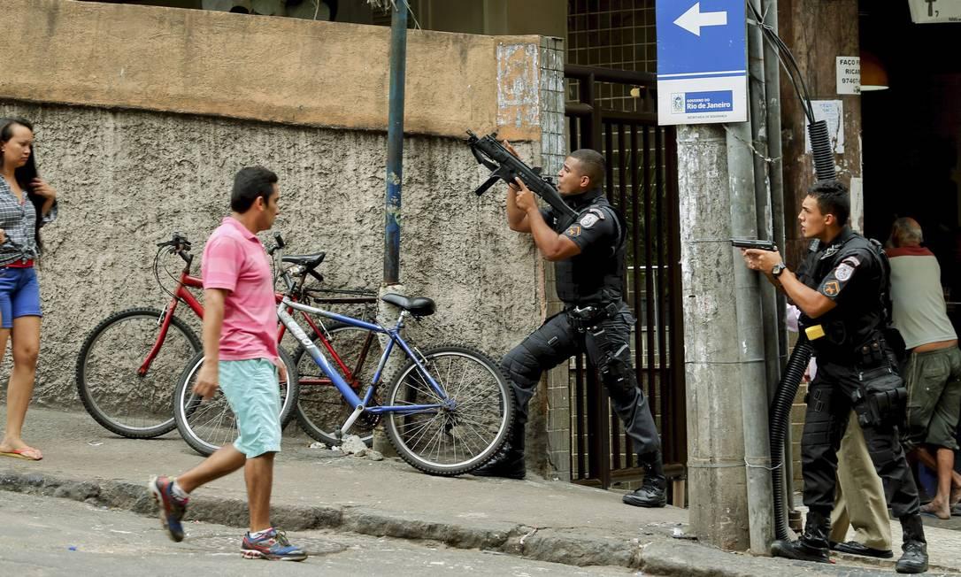 Moradores observam a ação policial Foto: Gabriel de Paiva / Agência O Globo