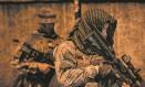 PMs do Bope iniciam uma operação no Pavão-Pavãozinho no começo da noite: equipes percorreram áreas de mata atrás de bando Foto: YASUYOSHI CHIBA/AFP