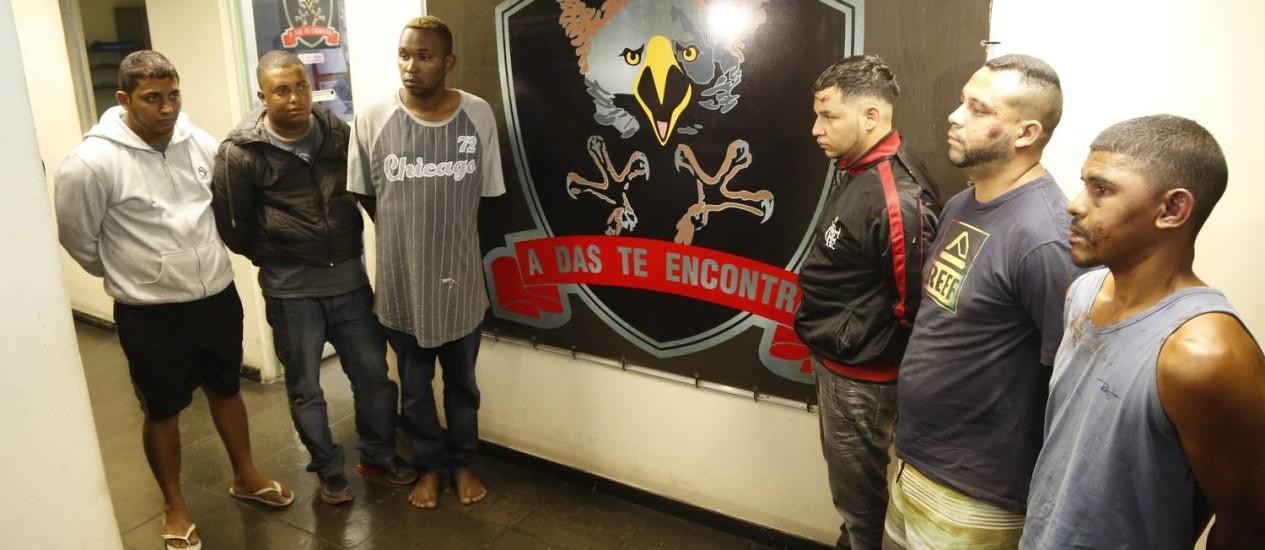 Bandidos foram presos após confronto em cativeiro em Caxias Foto: Fabio Rossi / Agência O Globo