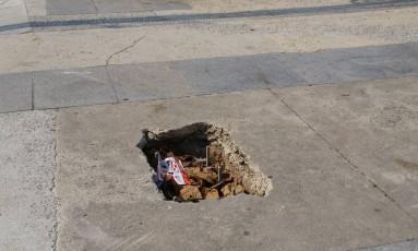 A calçada esburacada na Praça Pimentinha Foto: Eu-Repórter / Leitor Raul José Grumbach